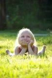 Menina alegre despreocupada em gras Fotografia de Stock Royalty Free