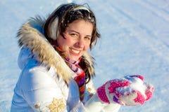 Menina alegre do estudante com neve nas palmas Fotos de Stock