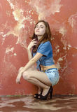 Menina alegre do jovem adolescente no short da sarja de Nimes Imagem de Stock Royalty Free