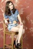 Menina alegre do jovem adolescente no short da sarja de Nimes Fotos de Stock