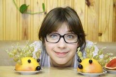 A menina alegre e os hedgehogs ridículos Foto de Stock Royalty Free