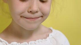 Menina alegre em um fundo amarelo com geleia da cor Retrato do close up vídeos de arquivo