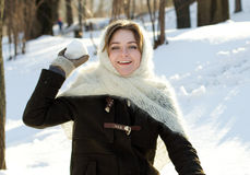A menina alegre em um inverno feito malha do lenço joga o inverno do russo da neve Imagens de Stock Royalty Free