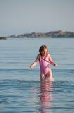 Menina alegre em uma água do mar Fotos de Stock Royalty Free