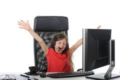 Menina alegre no escritório na frente do computador Fotografia de Stock Royalty Free