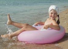 A menina alegre no seacoast Foto de Stock Royalty Free