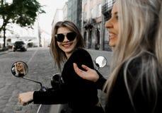 Menina alegre nova com o 'trotinette' na cidade europeia fotografia de stock royalty free