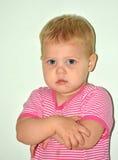 Menina alegre pequena loura em casa Foto de Stock