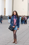Menina alegre que anda através da rua Foto de Stock Royalty Free