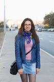 Menina alegre que anda através da rua Fotografia de Stock Royalty Free