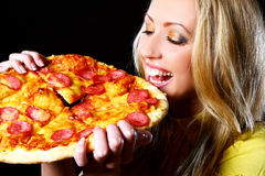 Menina alegre que come a pizza Fotos de Stock Royalty Free