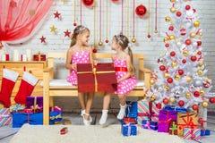 Menina alegre que deu um grande presente em se em um ajuste do Natal Imagem de Stock Royalty Free