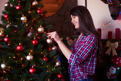 Menina alegre que guarda o brinquedo do Natal na sala Fotos de Stock