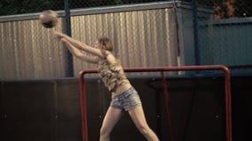 Menina alegre que joga uma bola de futebol Equipa de futebol da mulher vídeos de arquivo