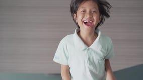Menina alegre que salta no quarto filme