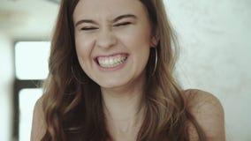 Menina alegre que sorri na câmera filme