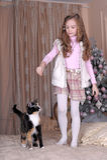 A menina alimenta seu gato Imagem de Stock