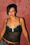 Menina alternativa ao lado da parede vermelha Fotos de Stock Royalty Free