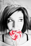 Menina alternativa com um Lollipop do coração foto de stock royalty free