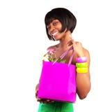 Menina americana que guardara o saco de compras Foto de Stock Royalty Free