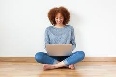 Menina americana do estudante do africano negro que usa um portátil Fotografia de Stock Royalty Free