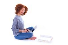 Menina americana do estudante do africano negro que usa um portátil Fotos de Stock Royalty Free