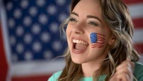 Menina americana feliz que apoia o candidato político, comemorando a vitória, close up foto de stock