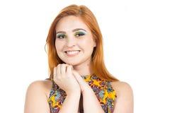 A menina amigável olha com olhar ingênuo Colo vestindo da menina Redheaded Imagens de Stock Royalty Free