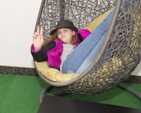 Menina anca do adolescente de onze anos que relaxa em uma cadeira do ovo Fotografia de Stock Royalty Free