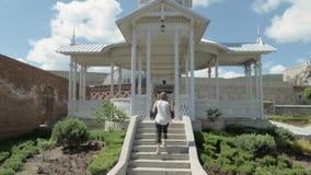 A menina anda à fonte no castelo de Rabati - Geórgia video estoque