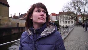 A menina anda e olha atrações na cidade de Bruges Bélgica filme