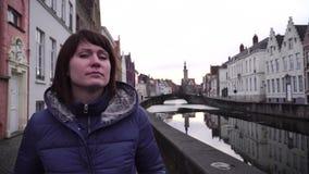 A menina anda e olha atrações na cidade de Bruges Bélgica video estoque