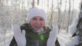 A menina anda em madeiras do inverno, lances neva, sorrisos, risos Caminhadas no ar fresco video estoque
