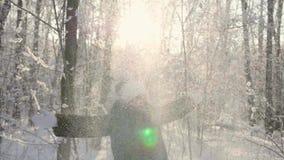 A menina anda em madeiras do inverno, lances neva, sorrisos, risos Caminhadas no ar fresco vídeos de arquivo