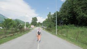 A menina anda em Mestia, Geórgia video estoque