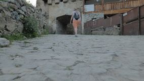 A menina anda na cidade velha Mestia, Geórgia filme