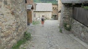 A menina anda na cidade velha Mestia, Geórgia video estoque