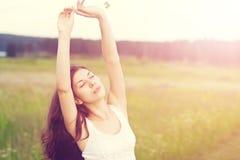 A menina anda na natureza Fotos de Stock Royalty Free