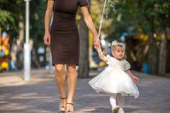 A menina anda no parque Fotos de Stock Royalty Free