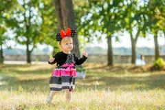 A menina anda no parque Fotografia de Stock Royalty Free