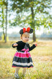 A menina anda no parque Imagens de Stock Royalty Free