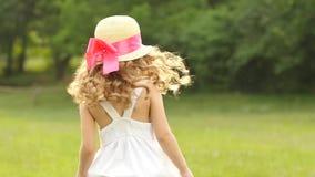 A menina anda no parque e gerencie ao redor em um círculo Movimento lento video estoque