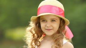 A menina anda no parque que olha na distância e nos sonhos Movimento lento video estoque