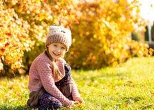 Menina 4 anos de caminhadas velhas no parque do outono foto de stock