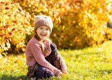 Menina 4 anos de caminhadas velhas no parque do outono imagens de stock