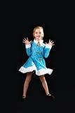 Menina 5-7 anos, isolados em um fundo cinzento no azul Foto de Stock Royalty Free