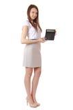 A menina, 16 anos velha, mostra dígitos em uma calculadora. Completo. Fotos de Stock