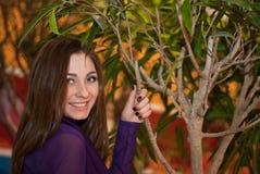 Menina ao lado da árvore Imagens de Stock Royalty Free