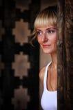 Menina ao lado de uma porta velha do ferro Foto de Stock