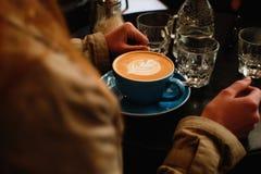 A menina ao lado do latte Imagem de Stock Royalty Free